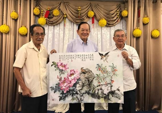 (左起)書畫家李松年、吳廣沛和 黃獻平合繪的畫作。