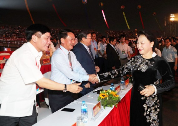 國會主席阮氏金銀親切問候各位代表。(圖源:仲德)
