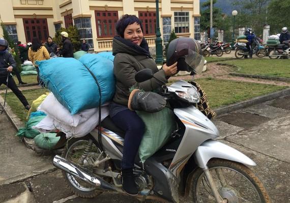一趟以機車載慈善物品送溫暖的蔡垂玲。(圖源:NVCC)