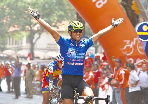 胡志明市-明江自行車隊選手黎月明最先抵達終點。(圖源:光日)