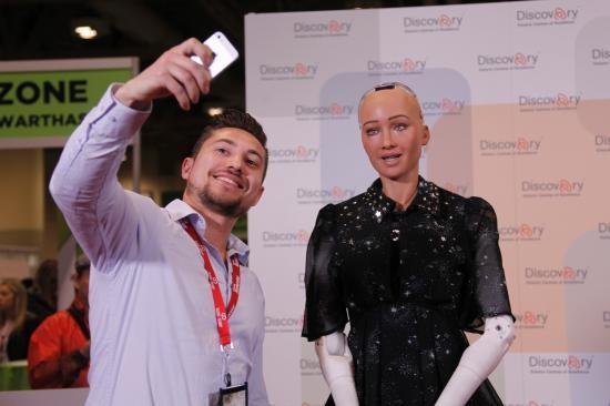 """史上首位獲得人類公民身份的人形機器人""""索菲亞""""日前在加拿大多倫多舉行的""""Discovery""""創新成就展上亮相。(圖源:互聯網)"""