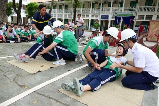 第三郡黎貴惇高中學校學生在參加於去年8月舉辦的消防安全演習時學急救技能。
