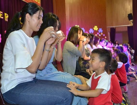 小同學們送花獻卡片給媽媽們。