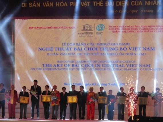 """圖為""""越南中部'槌牌'藝術""""為代表人類非物質文化遺產證書迎接儀式一瞥。"""