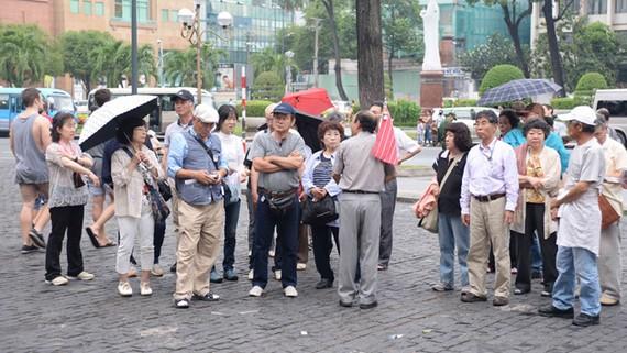 本市邁向接待中國遊客 150 萬人次目標。圖為前來本市觀光旅遊的某一中國旅遊團。(圖源:葉德明)