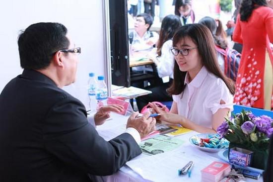 年輕人在就業活動瞭解招聘資訊。