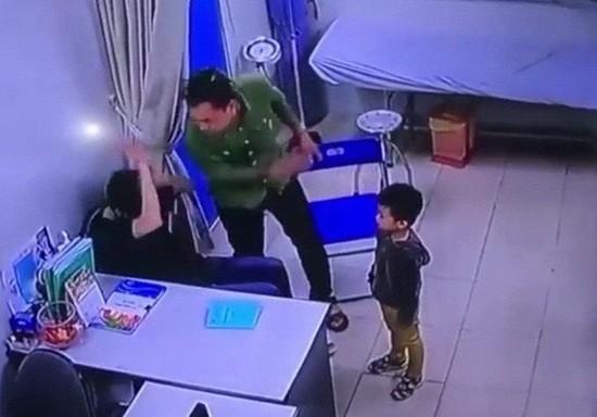 河內聖保羅醫院醫生在診室內被病人家屬毆打(視頻截圖)。