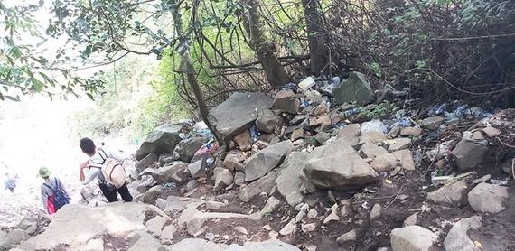 最剎風景的是沿山到處都是垃圾,尤其是塑膠瓶和塑膠包裝比比皆是。