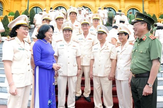 國家副主席鄧氏玉盛與人民武裝力量英雄、人民公安力量的典範人士代表團交談。(圖源:草微)