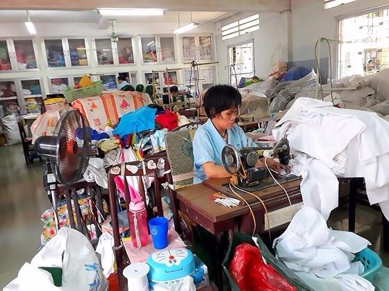 縫製尿布、衣服來照顧中心的兒童。
