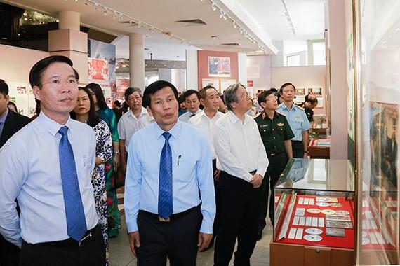 中央宣教部長武文賞(前左)與參會代表們一同參觀此次展覽。(圖源:順阮)