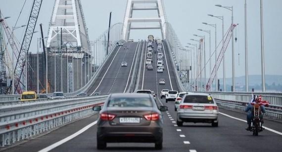 俄克里米亞大橋通車一小時逾千車輛駛過。(圖源:Sputnik)
