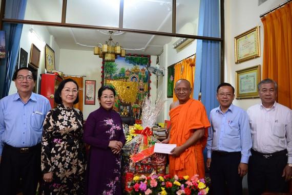 市委副書記武氏蓉(左三)探望越南佛教教會中央第二辦事處副主任名瓏和尚。(圖源:TTO)