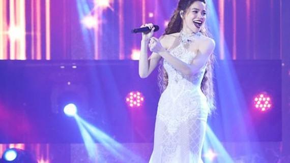 胡玉霞歌手把在國內舉辦的《情歌》演唱節目帶到歐、美洲的越南人群體中開巡演。