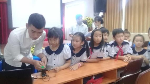 市公交管理中心員工在對阮秉謙小學生採集指紋。