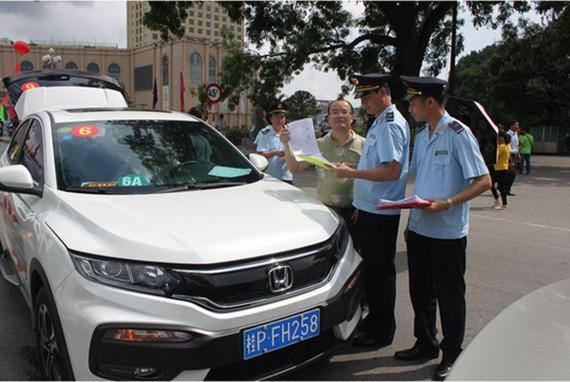 芒街國際口岸海關對進境的自駕旅遊汽車檢查手續。(圖源:廣寧海關)