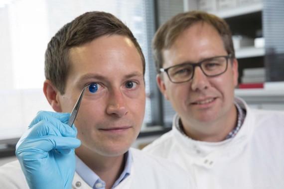 紐卡斯爾大學的研究人員將這種生物墨水注入一台便宜的3D生物打印機,只用10分鐘就打印出一份角膜,和人眼角膜形狀大小相當。(圖源:NEWSCOM)