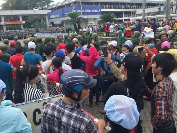 上千工人在寶元公司門前聚眾上街造成社會秩序混亂。(圖源:VTC)