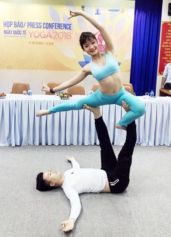 記者會上表演瑜伽。