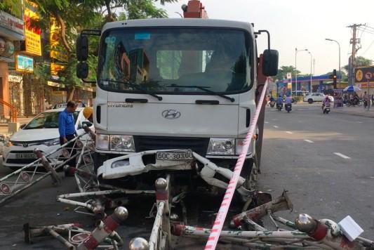 該起交通事故現場,卡車撞倒30多米分隔欄。(圖源:LT)