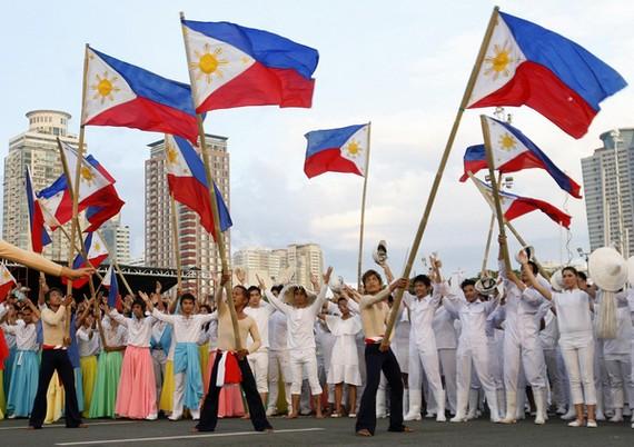 菲律賓人民高舉國旗歡度獨立日。(圖源:互聯網)