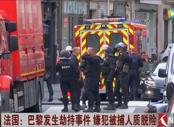 法國巴黎市中心當地時間12日發生一起人質劫持事件,2名人質已脫險,劫持者已被捕。(圖源:視頻截圖)