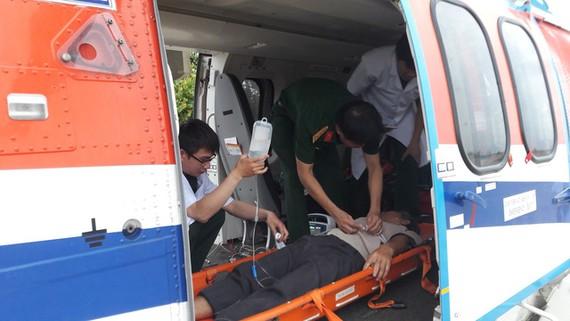直升機趕忙飛抵長沙島縣醫療中心迅速展開搶救並將病人送回陸地繼續接受治療。(圖源:救護局)
