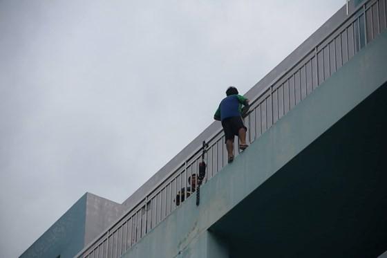 現場圖:欲跳樓自盡的青年。(圖源:志石)