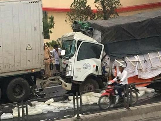 該起交通事故現場,卡車駕駛室面目全非,隨車員黎文成當場死亡並卡在駕駛室內。(圖源:VOV)
