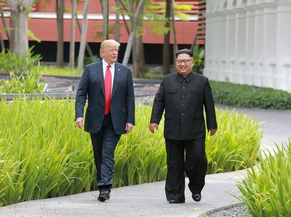 特朗普與金正恩走過嘉佩樂酒店花園時交談的情景。(圖源:路透社)
