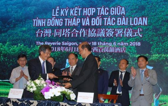 在多位領導的見證下,台灣農業可持續發展協會與同塔省人委會進行簽約儀式。
