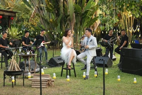 歌手藍長和冬兒在《藍長9時演唱》網絡節目上。