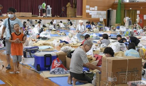 日本擬撥款約 20 億日元支援暴雨災區。圖為西日本岡山縣倉敷市真備町地區某一小學體育館成為臨時避難所。(圖源:共同社)