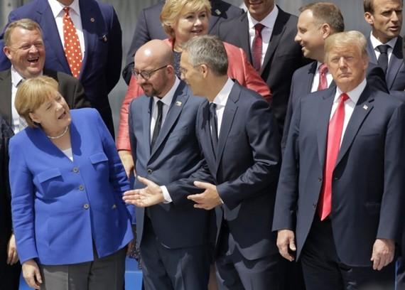 德國總理默克爾(左一)與北約成員國領導交談。(圖源:AP)
