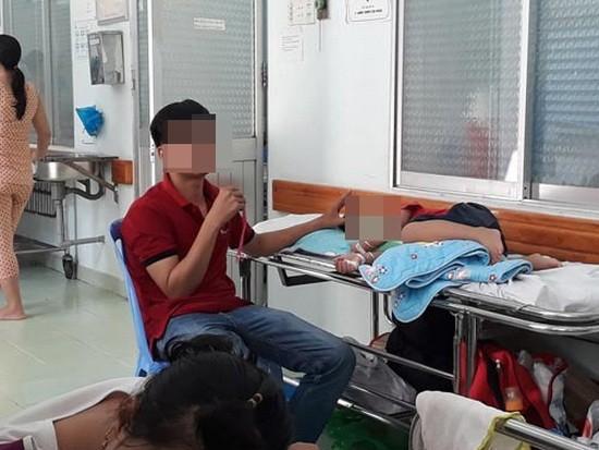 病童與家屬要躺在醫院走廊。