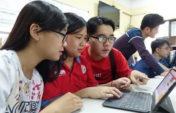 考生在查詢高考成績。(圖源:如雄)