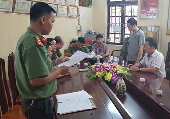 公安在向嫌犯武仲良(右二)宣讀拘捕令。(圖源:秋草)