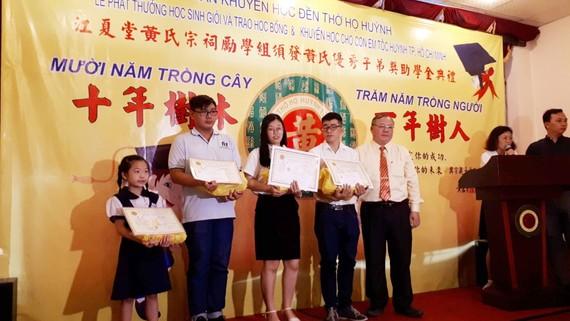 理事長黃嘉寶(右)與各領獎學金合照。