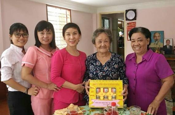 第五郡婦女會昨(24)日組團前往探望各位越南英雄母親,並送上誠摯的問候及禮物。