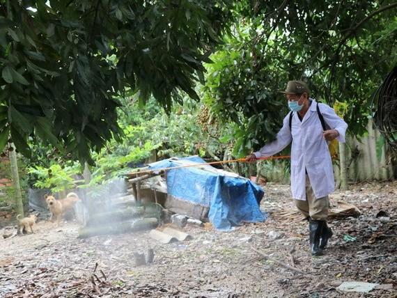 獸醫人員在海防市安陽縣安紅鄉的禽流感疫區進行噴射消毒。(圖源:明秋)