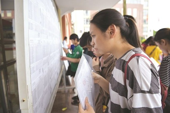 高中畢業生查詢各所大學公佈的錄取分數線。