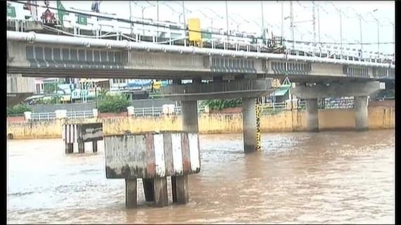 遭運砂駁船撞斷防撞墩的鴻禦-永興橋。(圖源:PV)