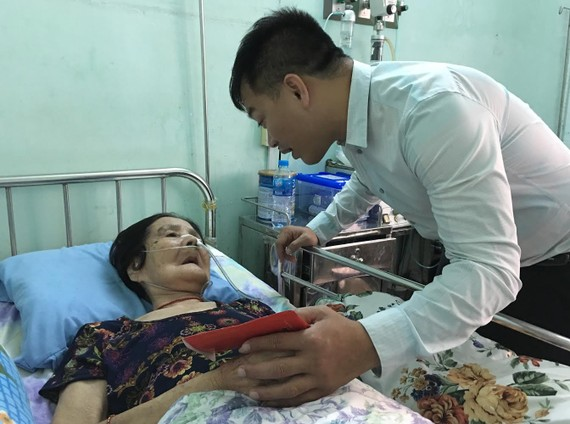 萬盛發集團代表麒麟親切慰問林菊大娘。
