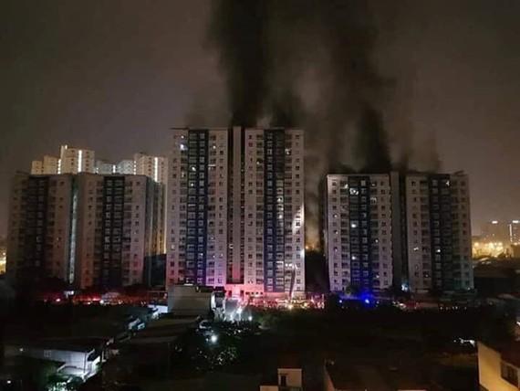 Carina 公寓管委會主任阮國俊被起訴。圖為第八郡Carina公寓3月23日凌晨發生大火致13人死亡。(圖源:蔡玲)