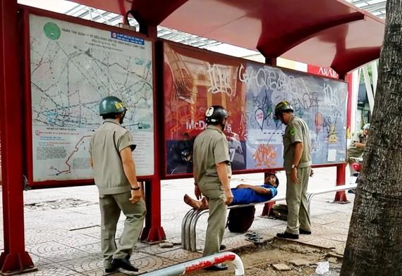 工作小組在范伍老街一帶巡邏時發現一名青年在巴士站睡覺。(圖源:德進)