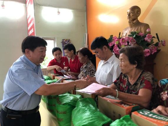 張子諒理事長贈送扶助金和禮物給越華長者。