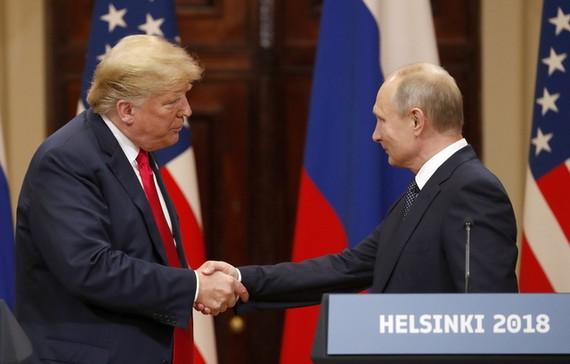 美國認定俄叛諜父女中毒事件是俄羅斯所為,宣佈對俄國的新制裁。圖為美國總統特朗普與俄羅斯總統普京。(圖源:EPA)