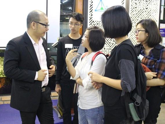 年輕人在研討會上關心各成功秘訣。