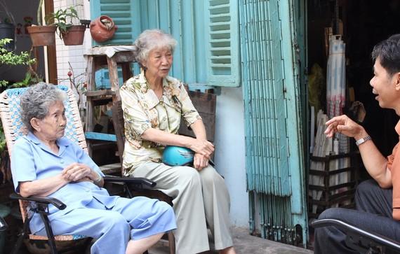 七蓮姨(中)生前探訪豪仕坊內的街坊。