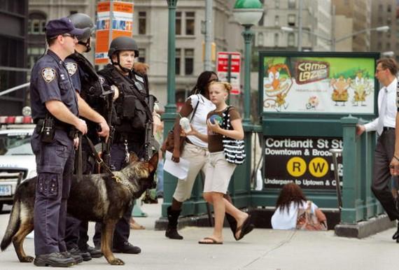 美國紐約科特蘭站重開:圖為2005年7月,英國倫敦地鐵發生連環恐擊,導致逾30人死亡後,美國紐約亦加派警力守衛地鐵站。他們站崗的地方,就是「科特蘭街」車站入口之一。(圖源:Getty Images)